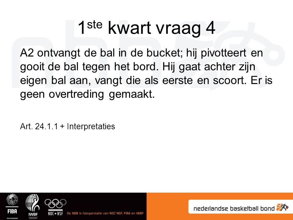 1 ste kwart vraag 4 A2 ontvangt de bal in de bucket; hij pivotteert en gooit de bal tegen het bord. Hij gaat achter zijn eigen bal aan, vangt die als