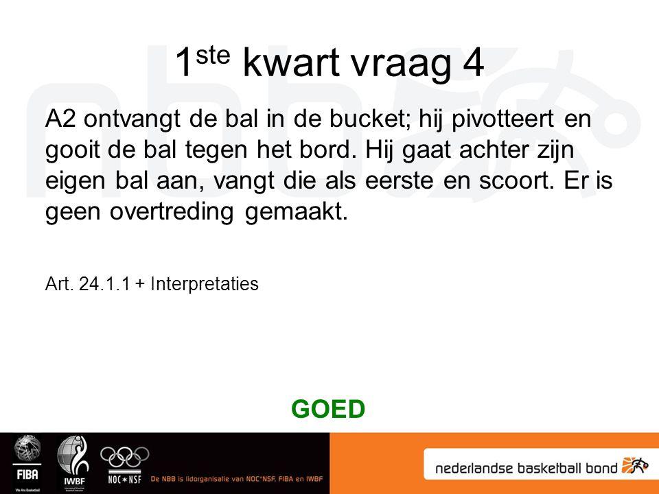 1 ste kwart vraag 4 A2 ontvangt de bal in de bucket; hij pivotteert en gooit de bal tegen het bord.