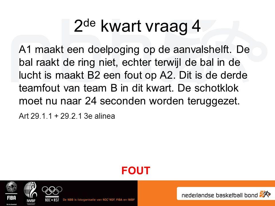 2 de kwart vraag 4 A1 maakt een doelpoging op de aanvalshelft. De bal raakt de ring niet, echter terwijl de bal in de lucht is maakt B2 een fout op A2