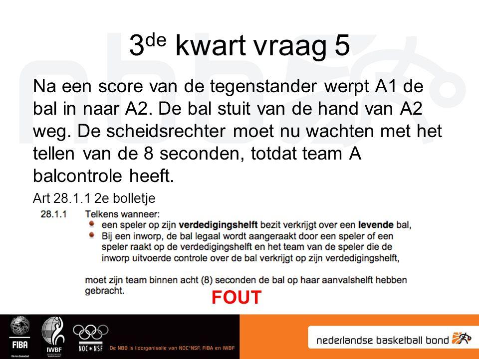 3 de kwart vraag 5 Na een score van de tegenstander werpt A1 de bal in naar A2. De bal stuit van de hand van A2 weg. De scheidsrechter moet nu wachten