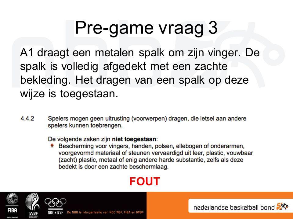 Pre-game vraag 3 A1 draagt een metalen spalk om zijn vinger.