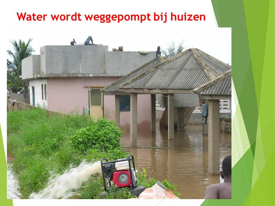 Water wordt weggepompt bij huizen 17