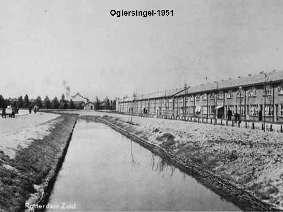 Zuidhoek met de oude van Doorn Bakkerijen-1950 Deze bakkerij is naar Spijkenisse verhuisd en er staan nu koophuizen