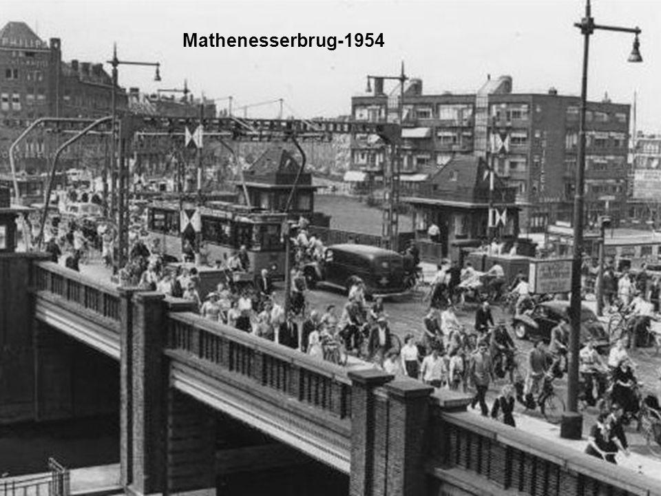 Links: Boezemkade – Rechts: Vredenoordkade in het midden de Koninginnekerk 1954
