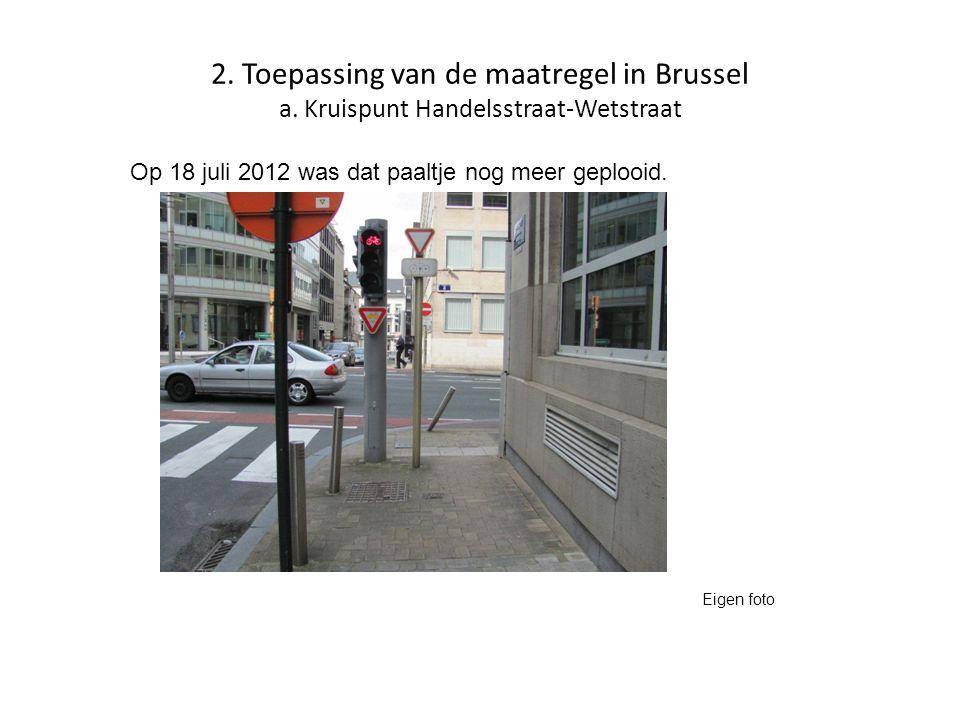 2. Toepassing van de maatregel in Brussel a. Kruispunt Handelsstraat-Wetstraat Op 18 juli 2012 was dat paaltje nog meer geplooid. Eigen foto