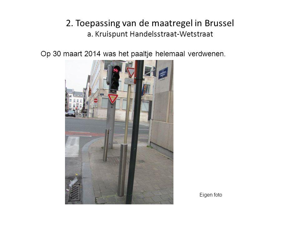 2. Toepassing van de maatregel in Brussel a. Kruispunt Handelsstraat-Wetstraat Op 30 maart 2014 was het paaltje helemaal verdwenen. Eigen foto
