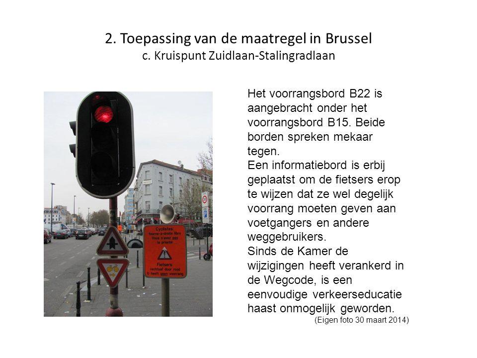 2. Toepassing van de maatregel in Brussel c. Kruispunt Zuidlaan-Stalingradlaan Het voorrangsbord B22 is aangebracht onder het voorrangsbord B15. Beide