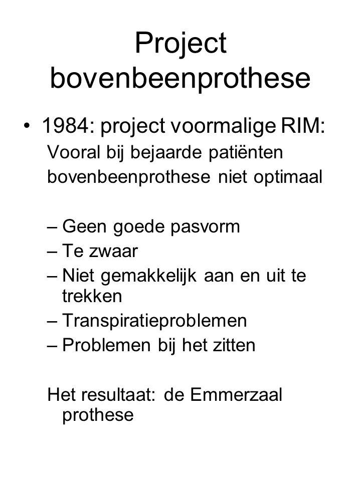 Project bovenbeenprothese •1984: project voormalige RIM: Vooral bij bejaarde patiënten bovenbeenprothese niet optimaal –Geen goede pasvorm –Te zwaar –Niet gemakkelijk aan en uit te trekken –Transpiratieproblemen –Problemen bij het zitten Het resultaat: de Emmerzaal prothese