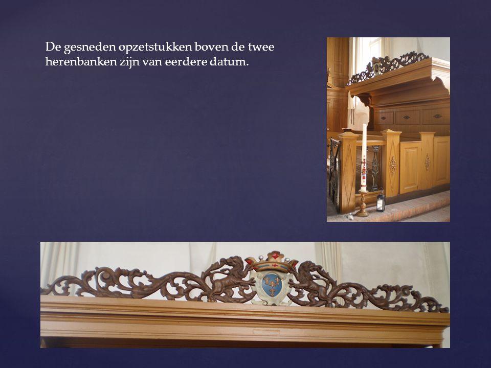 De gesneden opzetstukken boven de twee herenbanken zijn van eerdere datum.