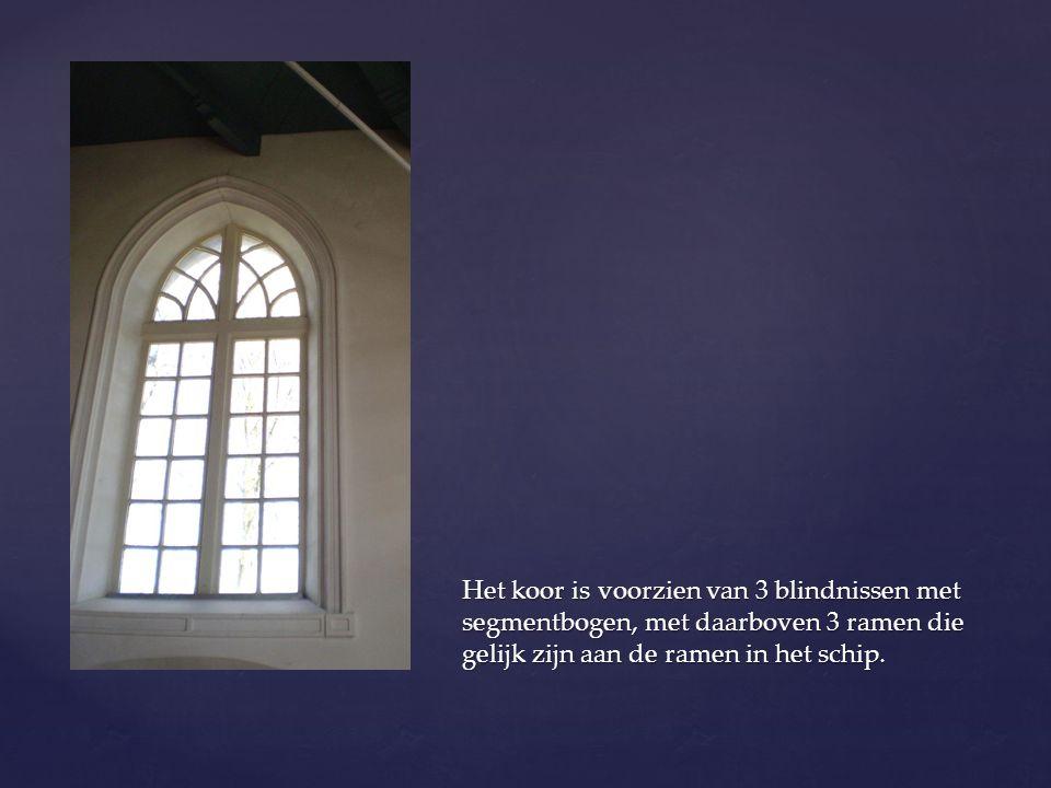 Het koor is voorzien van 3 blindnissen met segmentbogen, met daarboven 3 ramen die gelijk zijn aan de ramen in het schip.