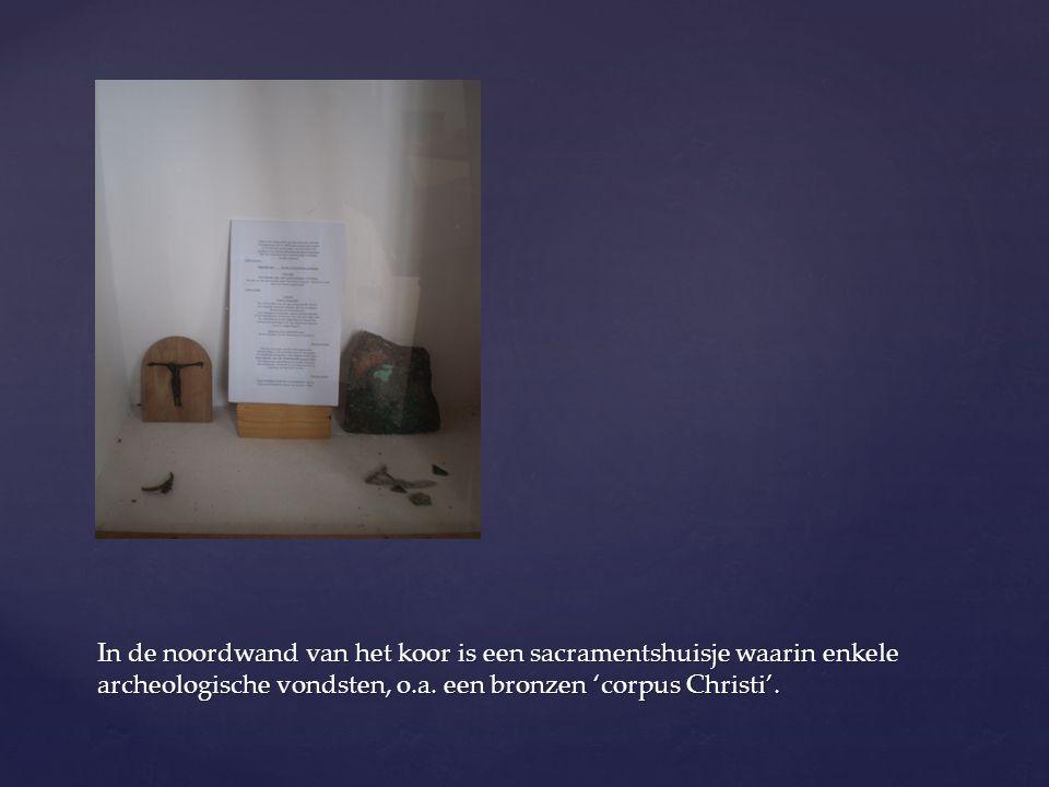 In de noordwand van het koor is een sacramentshuisje waarin enkele archeologische vondsten, o.a. een bronzen 'corpus Christi'.