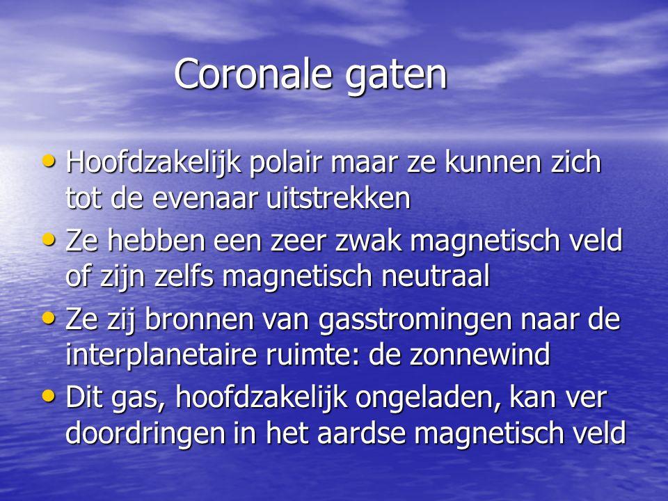 Coronale gaten • Hoofdzakelijk polair maar ze kunnen zich tot de evenaar uitstrekken • Ze hebben een zeer zwak magnetisch veld of zijn zelfs magnetisc