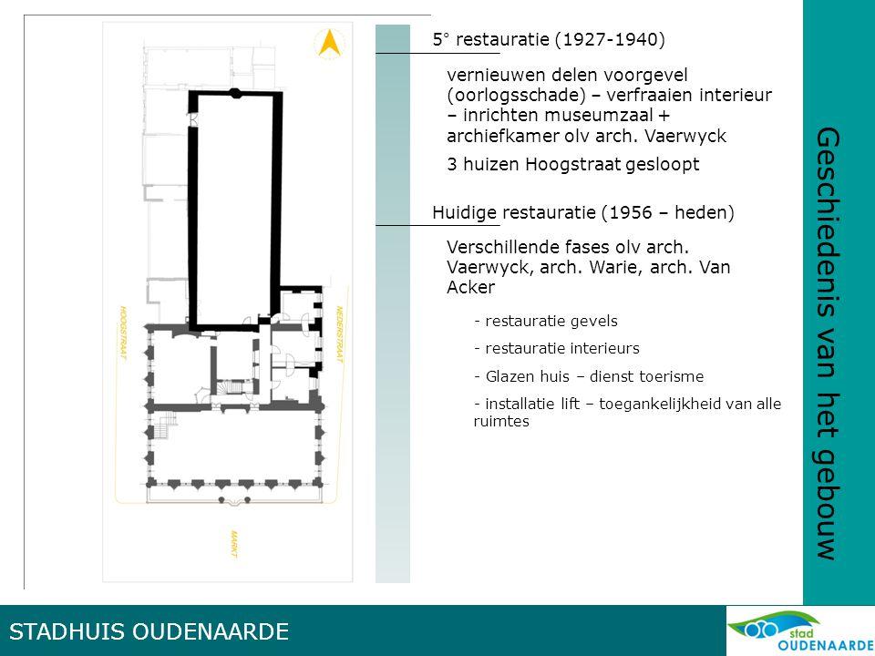 STADHUIS OUDENAARDE Algemeen LAKENHALLE -N-Z gericht -8 traveeën -benedenverdieping opslag wapentuigen en brandweermateriaal -bovenverdieping : lakenhalle met open dakstoel met schaargebinten en kleine schuine openingen om rechtstreeks daglicht te vermijden STADHUIS -Brabantse laatgothiek -symmetrisch met hiërarchische opbouw -centraal belfort met beeld van Hanske de Krijger (1530) - leien zadeldak met vorstkam -uitspringende zuilengalerij -Indeling : -Korenhuis met kruisribgewelf -Schepenhuiskeuken met zuilenrij -Cale/waag met kruisribgewelven rustend op arduinen zuilen met koolbladkapiteel -Volkszaal en schepenzaal met tochtportaal van P.