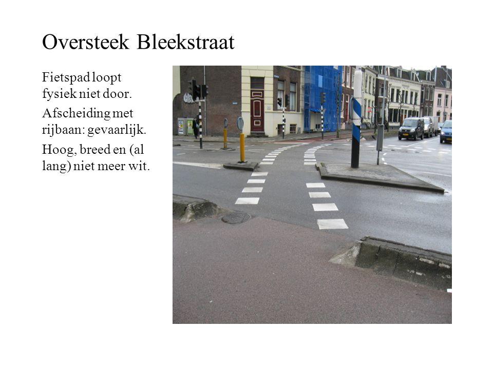 Oversteek Bleekstraat Fietspad loopt fysiek niet door. Afscheiding met rijbaan: gevaarlijk. Hoog, breed en (al lang) niet meer wit.