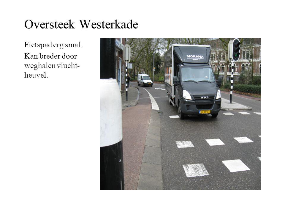 Oversteek Westerkade Fietspad erg smal. Kan breder door weghalen vlucht- heuvel.