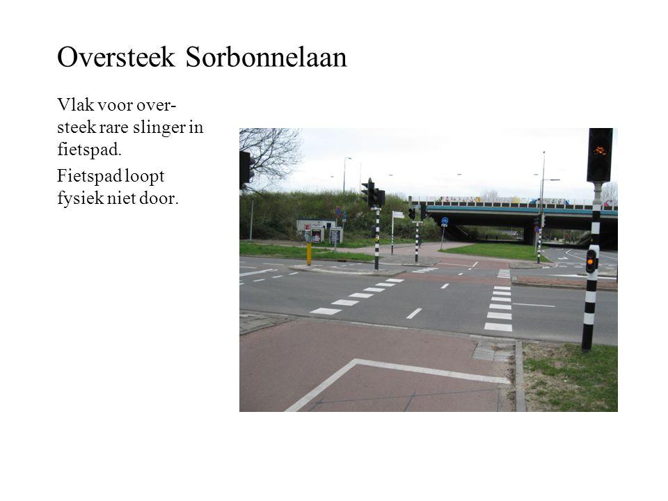 Oversteek Sorbonnelaan Vlak voor over- steek rare slinger in fietspad. Fietspad loopt fysiek niet door.