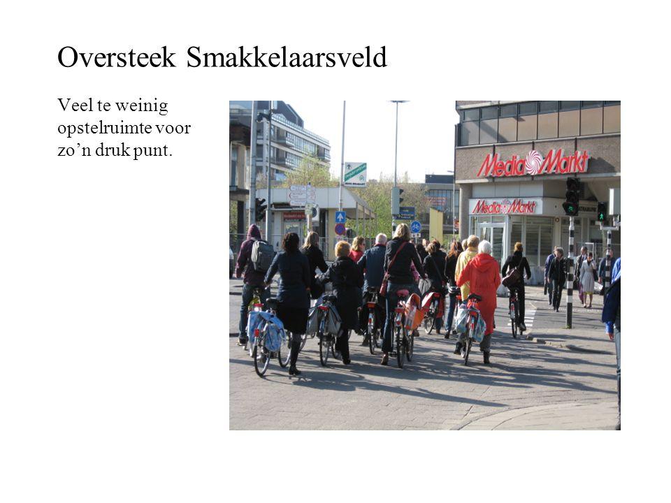 Oversteek Smakkelaarsveld Veel te weinig opstelruimte voor zo'n druk punt.
