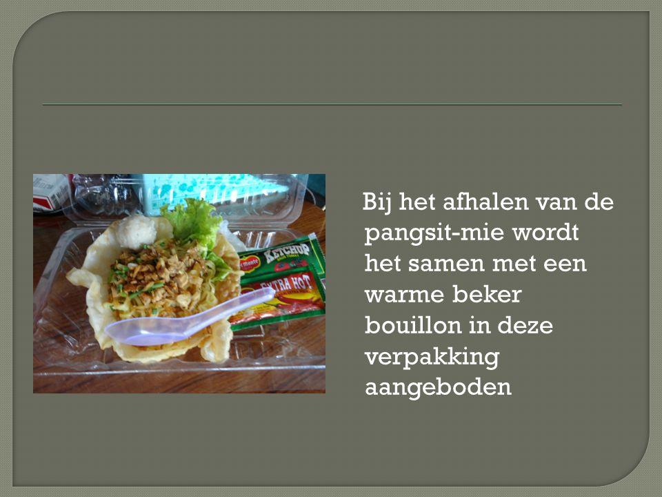 Bij het afhalen van de pangsit-mie wordt het samen met een warme beker bouillon in deze verpakking aangeboden