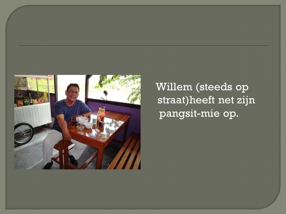 Willem (steeds op straat)heeft net zijn pangsit-mie op.