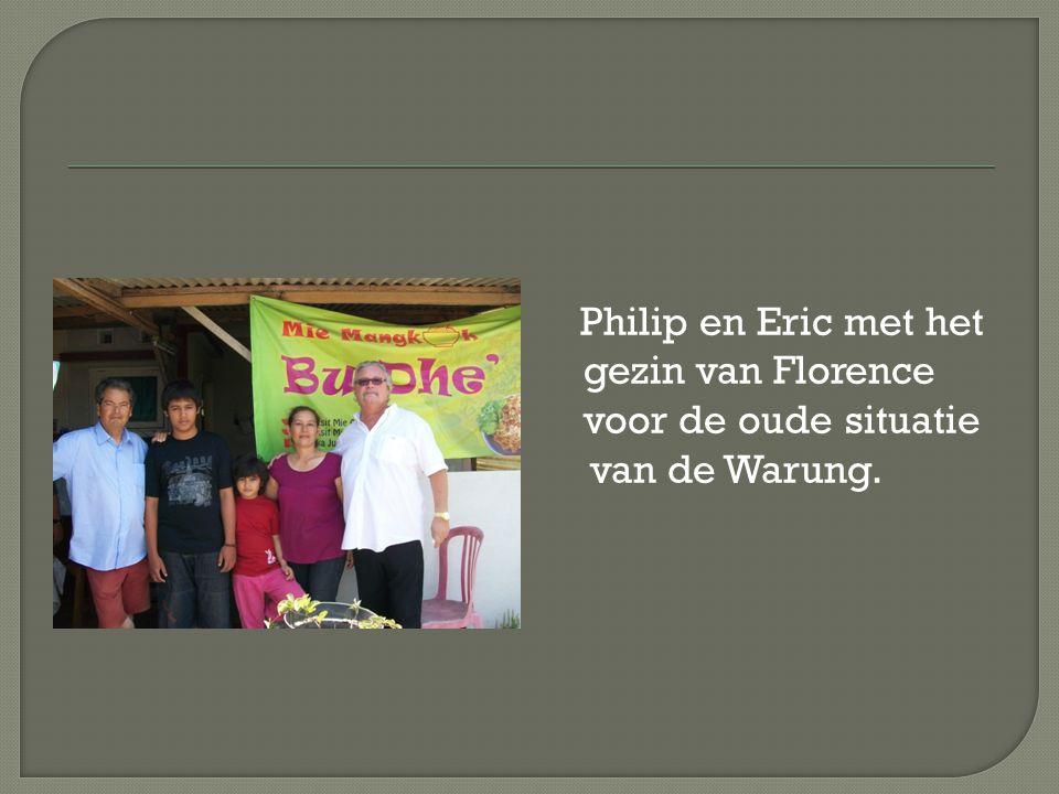 Philip en Eric met het gezin van Florence voor de oude situatie van de Warung.