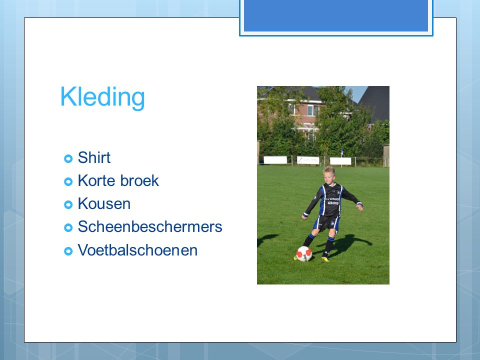 Kleding  Shirt  Korte broek  Kousen  Scheenbeschermers  Voetbalschoenen