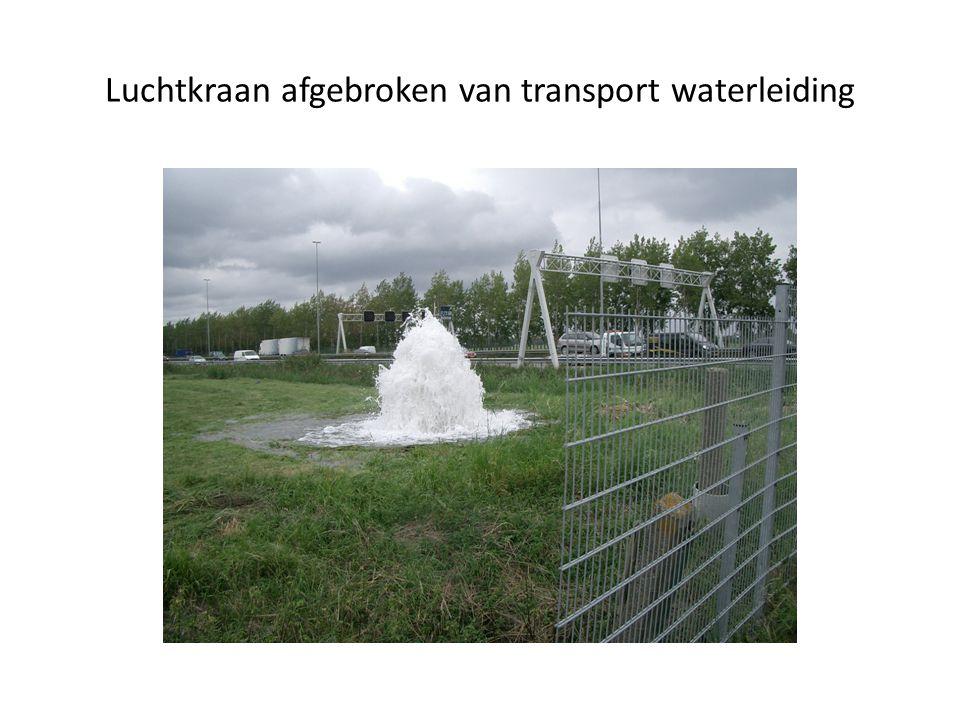 Luchtkraan afgebroken van transport waterleiding