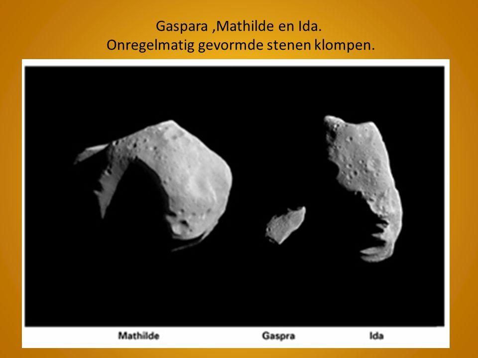 Gaspara,Mathilde en Ida. Onregelmatig gevormde stenen klompen.