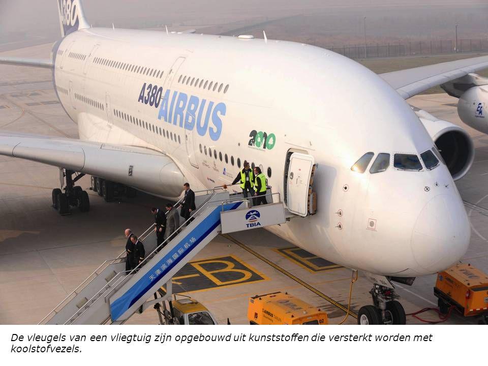 De vleugels van een vliegtuig zijn opgebouwd uit kunststoffen die versterkt worden met koolstofvezels.