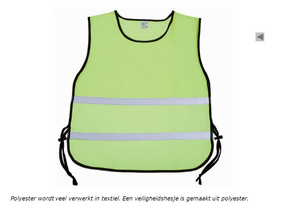 Polyester wordt veel verwerkt in textiel. Een veiligheidshesje is gemaakt uit polyester.