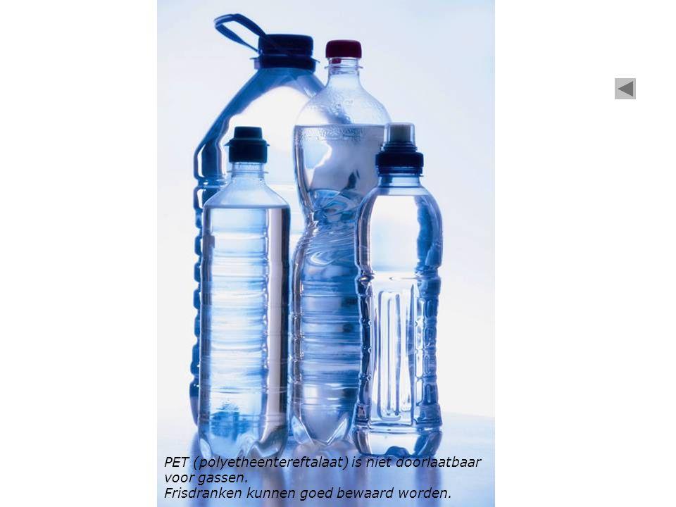 PET (polyetheentereftalaat) is niet doorlaatbaar voor gassen. Frisdranken kunnen goed bewaard worden.