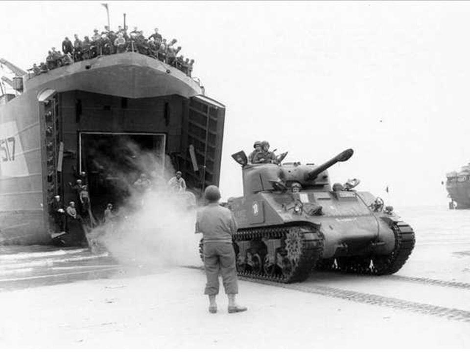 •Sherman DD (Duplex Drive), een amphibie tank, in 1944.