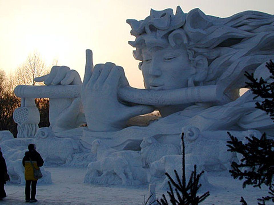 •Hier zie je hoe de zon ondergaat achter de ingangsculptuur. Het sneeuw- en ijssculpturenfestival gaat door op de open vlakte ten noorden van de rivie