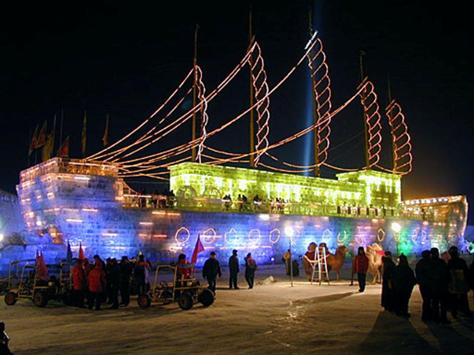 •Hier zie je een volledig schip uit ijs vervaardigd, met passagiers aan boord.
