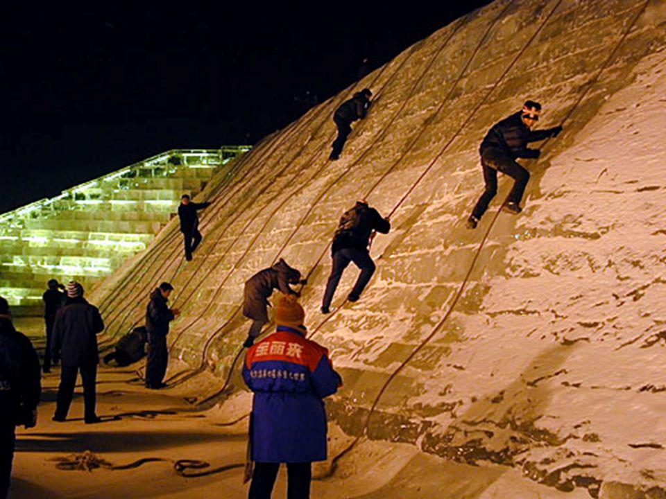 Een van de meest populaire activiteiten, gedurende het ijsfestival, is het beklimmen van de muur, eveneens vervaardigd uit ijs. Al dat ijs komt uit de