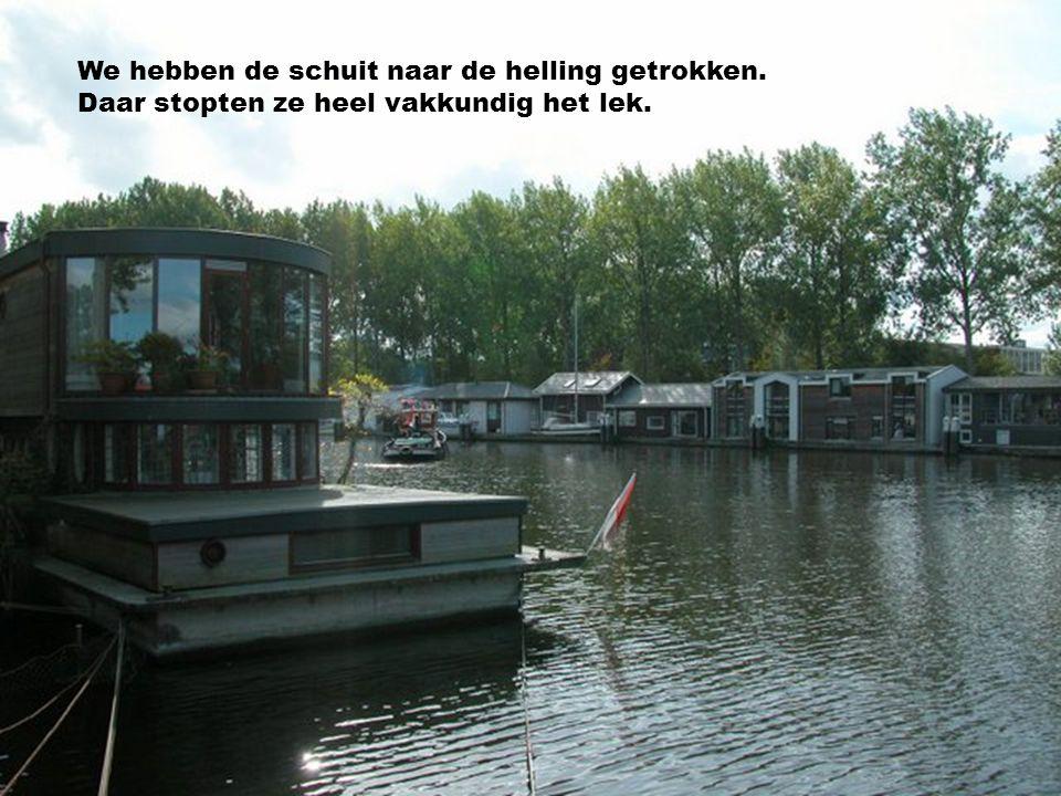 En ben je een keertje,bij ons aan de Amstel, Kom dan in ons bootje,gerust allemaal.