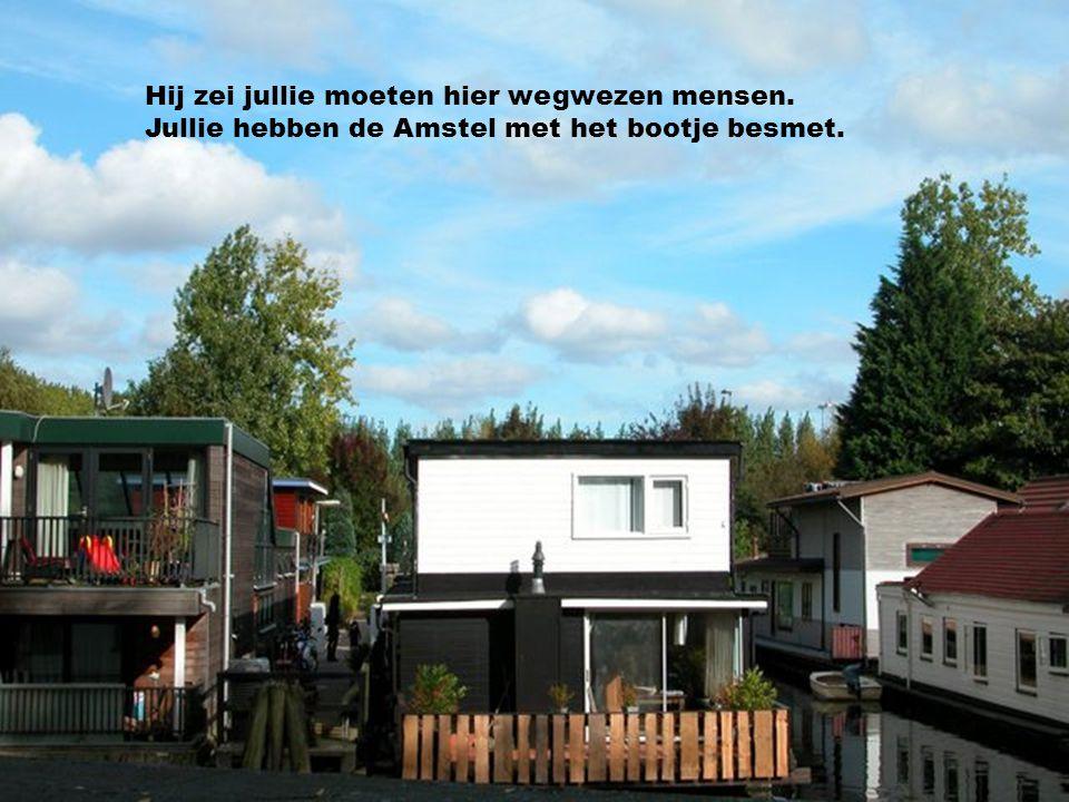 Maar ze lagen niet lang bij ons in de Amstel. Toen kwam er een smeris zo een met een pet.