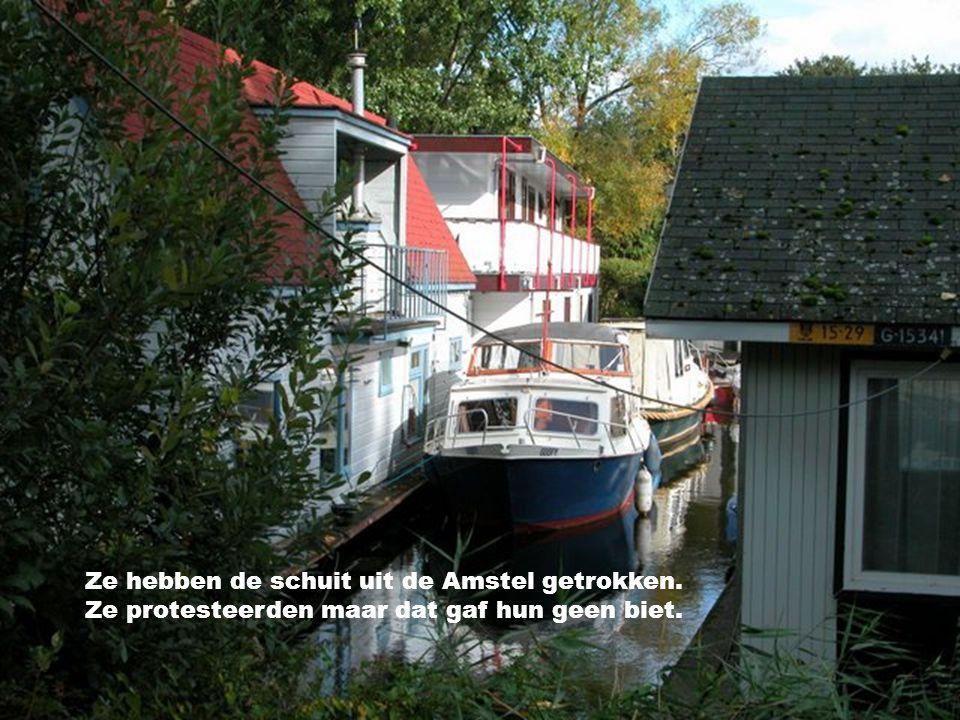 En ben je een keertje,bij ons aan de Amstel Kom dan in ons bootje,gerust allemaal
