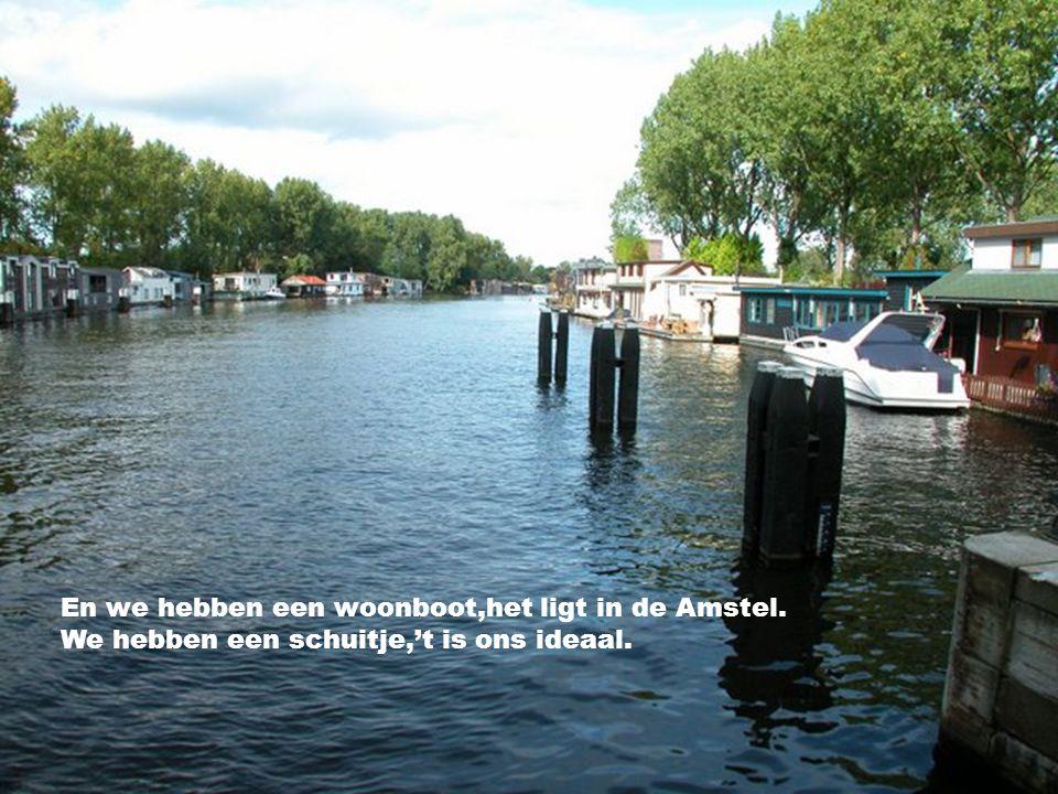 En ben je een keertje,bij ons aan de Amstel. Kom dan in ons bootje,gerust allemaal.