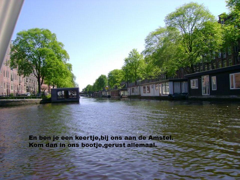 En we hebben een woonboot,het ligt in de Amstel. We hebben een schuitje,'t is ons ideaal.