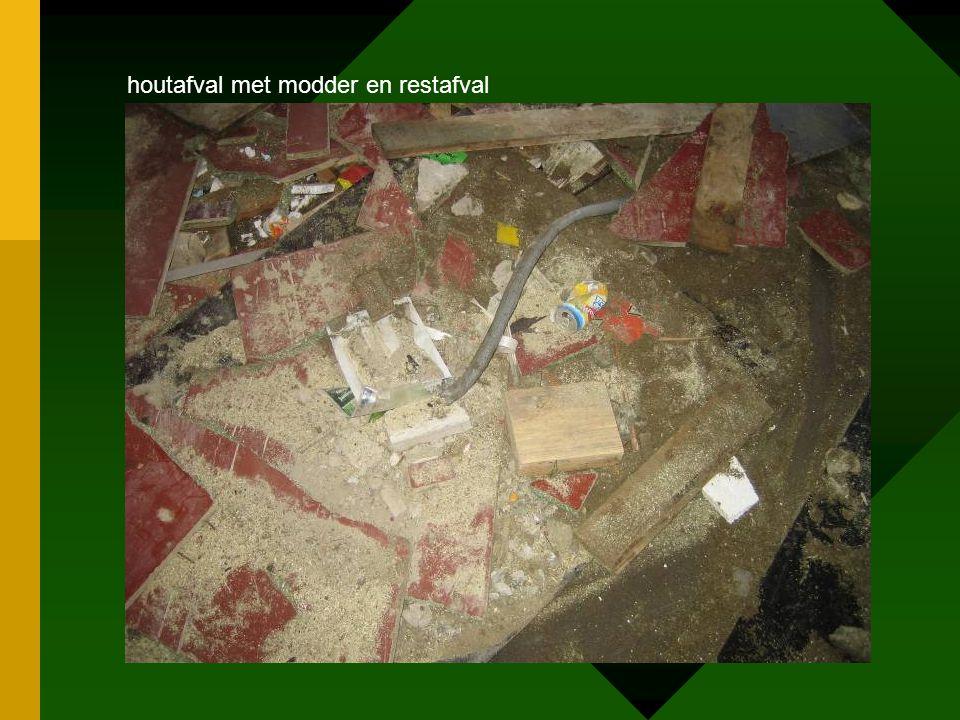 houtafval met modder en restafval