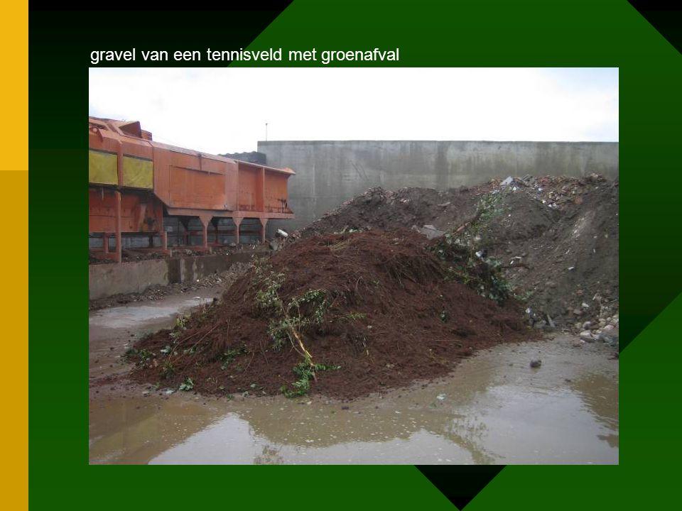 gravel van een tennisveld met groenafval