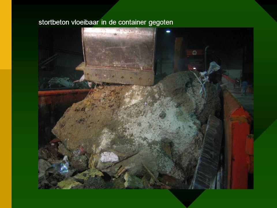 stortbeton vloeibaar in de container gegoten