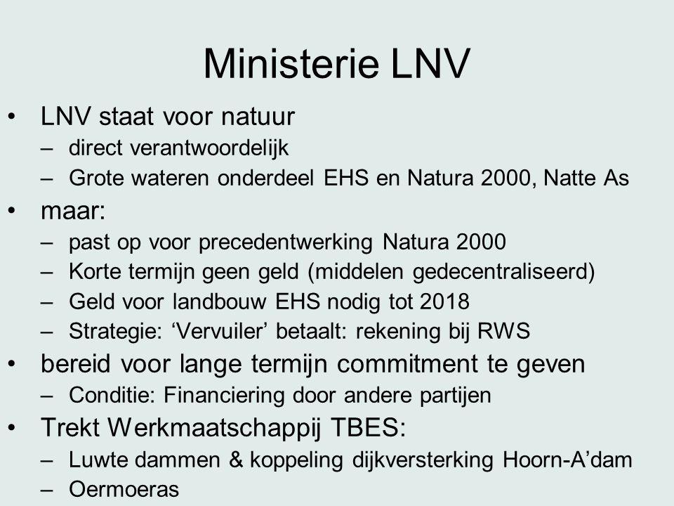 Ministerie LNV •LNV staat voor natuur –direct verantwoordelijk –Grote wateren onderdeel EHS en Natura 2000, Natte As •maar: –past op voor precedentwerking Natura 2000 –Korte termijn geen geld (middelen gedecentraliseerd) –Geld voor landbouw EHS nodig tot 2018 –Strategie: 'Vervuiler' betaalt: rekening bij RWS •bereid voor lange termijn commitment te geven –Conditie: Financiering door andere partijen •Trekt Werkmaatschappij TBES: –Luwte dammen & koppeling dijkversterking Hoorn-A'dam –Oermoeras