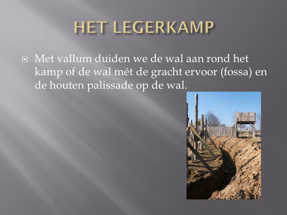  Met vallum duiden we de wal aan rond het kamp of de wal mét de gracht ervoor (fossa) en de houten palissade op de wal.