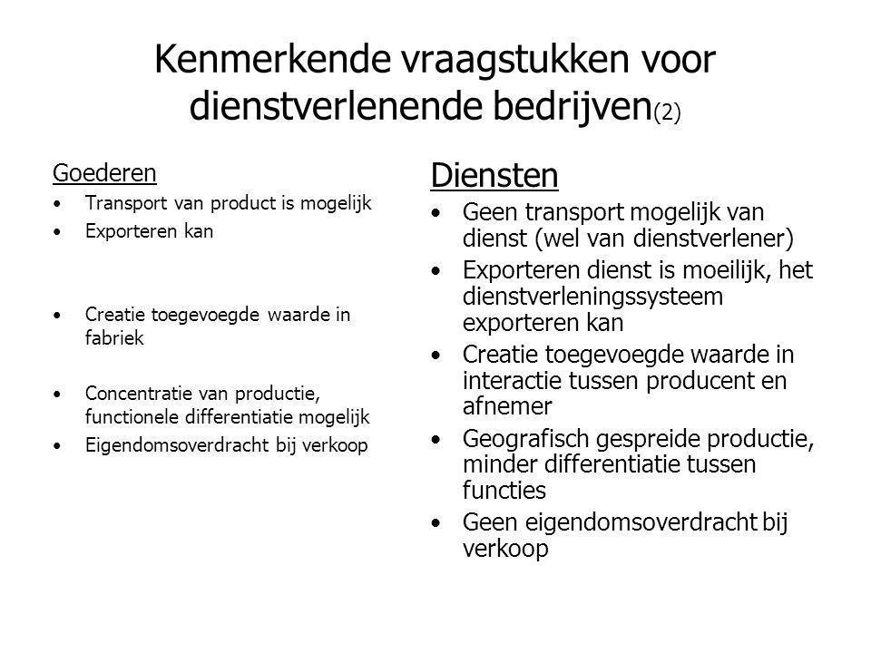 Kenmerkende vraagstukken voor dienstverlenende bedrijven (3) Goederen •Een product kan worden gedemonstreerd voor de aankoop •Ruilen is mogelijk, evenals garanties geven •Voor een product is een tweedehands markt denkbaar •Patenteerbaar Diensten •Een dienst bestaat niet voor de aankoop en kan niet /moeilijk worden aangetoond •Ruilen is meestal onmogelijk, garanties geven is moeilijk •Het meerdere malen verkopen is onmogelijk •Patenteerbaarheid beperkt: snelle imitaties