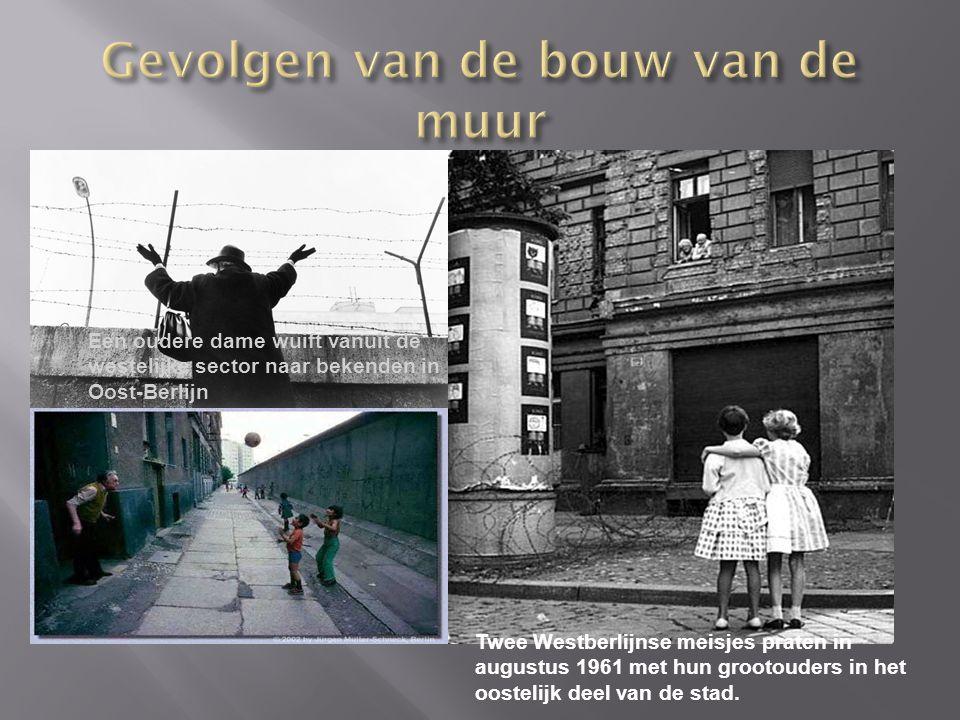 Twee Westberlijnse meisjes praten in augustus 1961 met hun grootouders in het oostelijk deel van de stad.