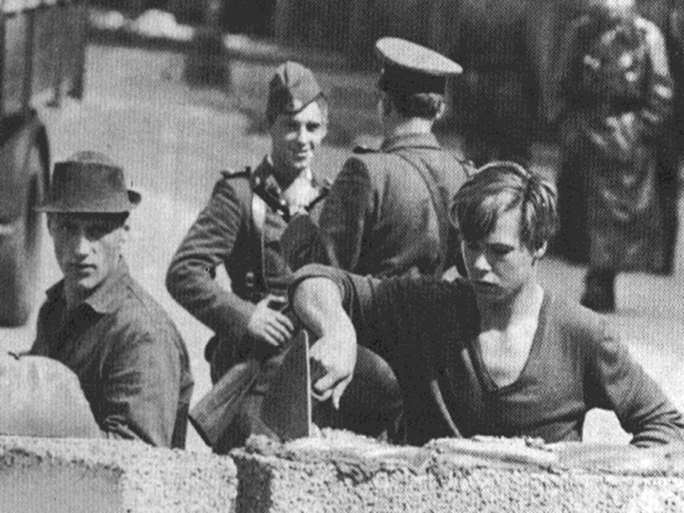  Tijdens de bouw stonden soldaten voor de muur zodat niemand de oversteek zou maken.