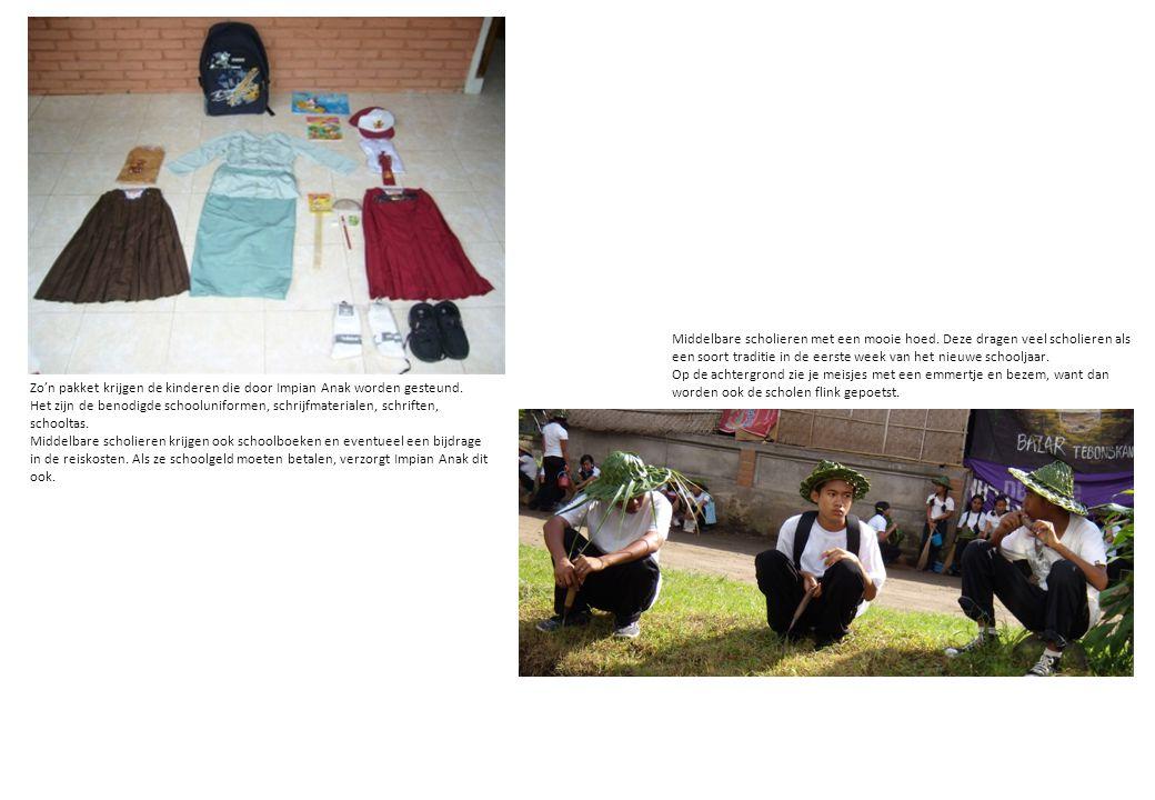 Zo'n pakket krijgen de kinderen die door Impian Anak worden gesteund. Het zijn de benodigde schooluniformen, schrijfmaterialen, schriften, schooltas.