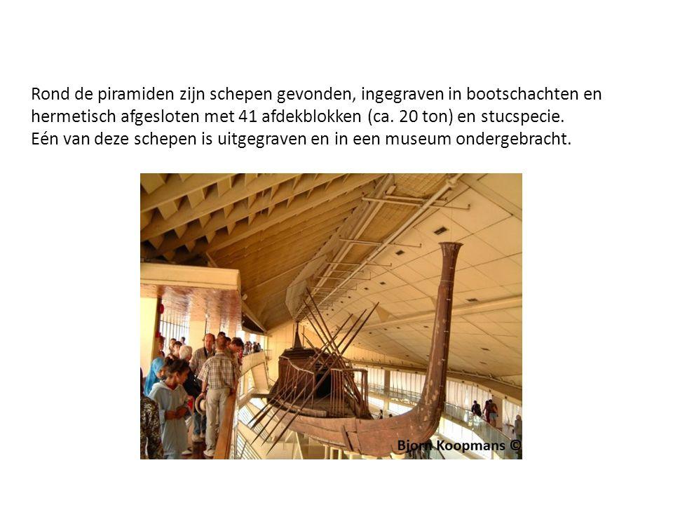 Rond de piramiden zijn schepen gevonden, ingegraven in bootschachten en hermetisch afgesloten met 41 afdekblokken (ca.