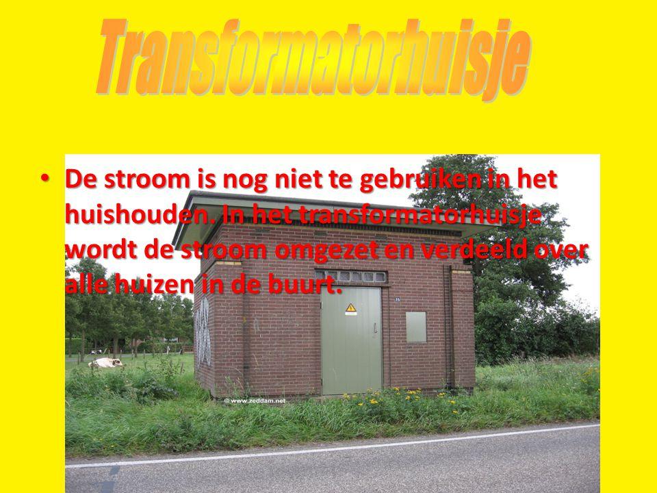 • De stroom is nog niet te gebruiken in het huishouden. In het transformatorhuisje wordt de stroom omgezet en verdeeld over alle huizen in de buurt.